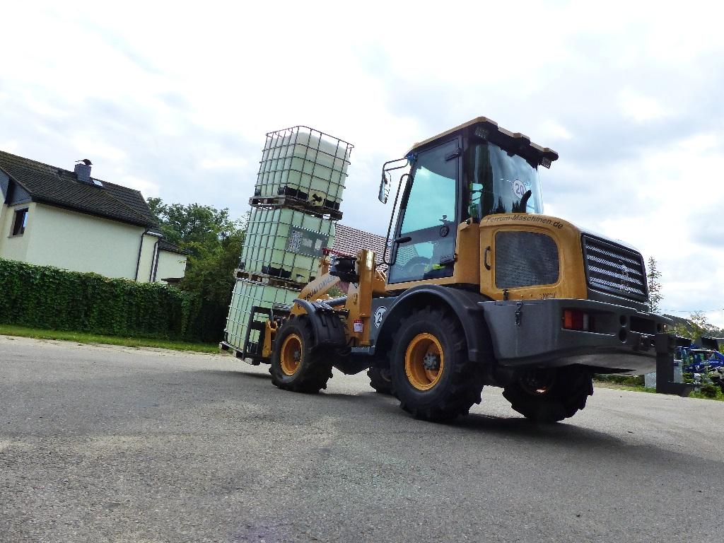 FERRUM DM430 x4 mit 3 Tonnen auf der Gabel V Ansicht