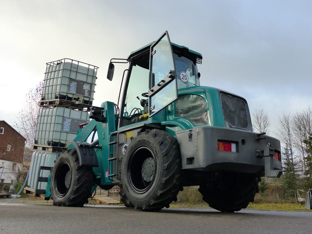 FERRUM DM732 x4 in Türkis mit 3200kg auf der Palettengabel